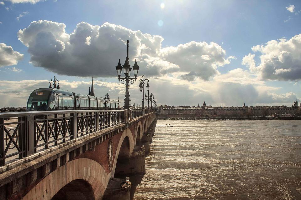 Pont de Bordeaux avec tramway