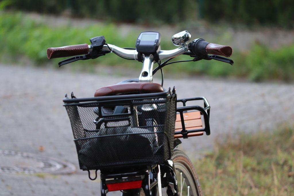 Vélo électrique avec panier