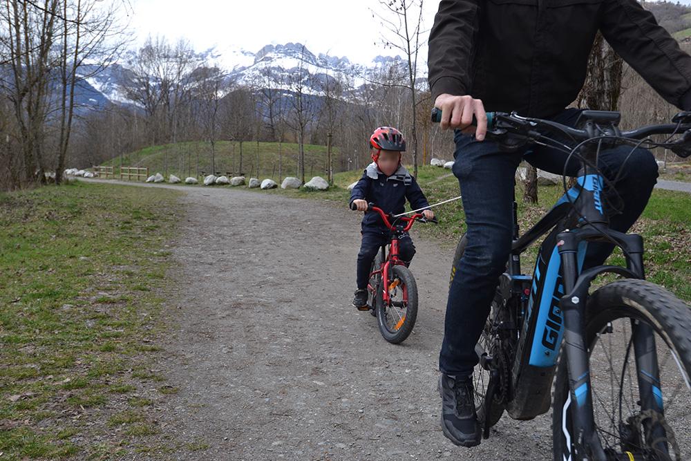 Traction enfant avec vélo électrique