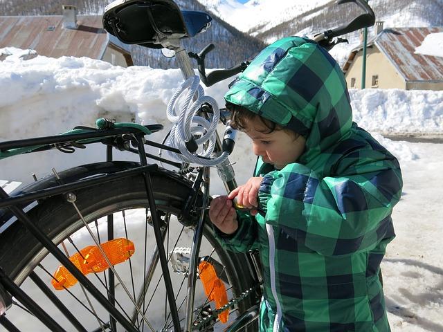 Enfant réparation vélo